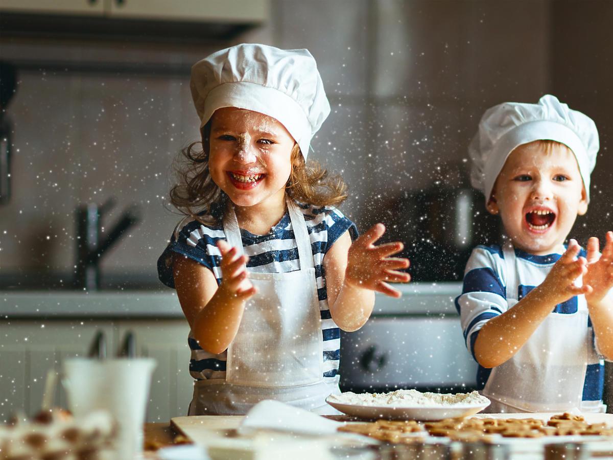 mama z dziećmi w świątecznych ubraniach w kuchni