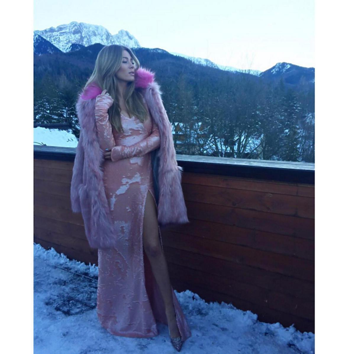 Marcelina Zawadzka - stylizacja sylwester 2016 2017: różowa suknia i futerko