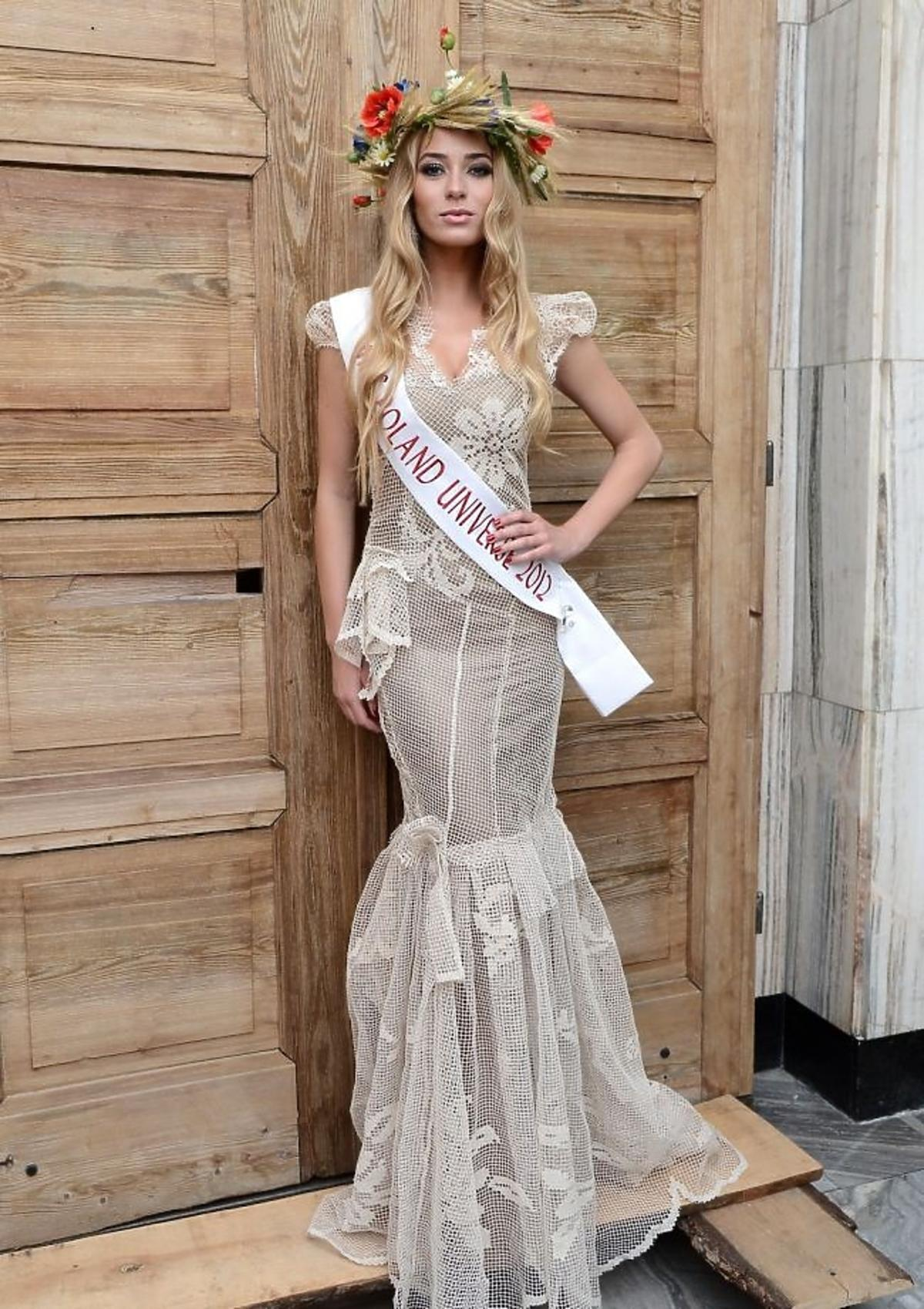 Marcelina Zawadzka w suknii narodowej zaprojektowanej na wybory Miss Universe 2012
