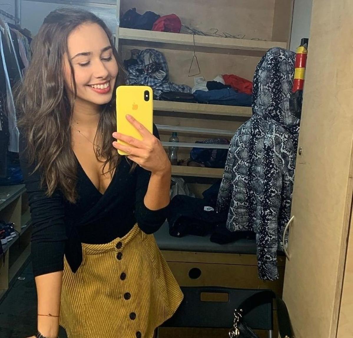 Marcelina Ziętek w żółtej spódnicy