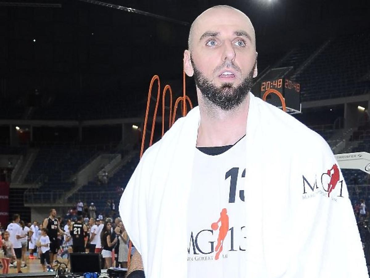 Marcin Gortat w białej koszulce