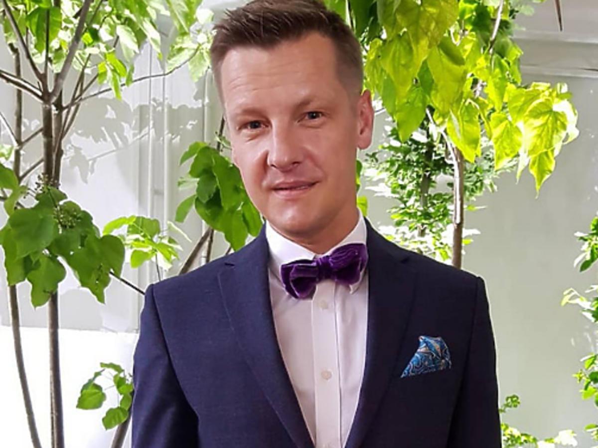 Marcin Mroczek w garniturze na zdjęciu na Instagramie