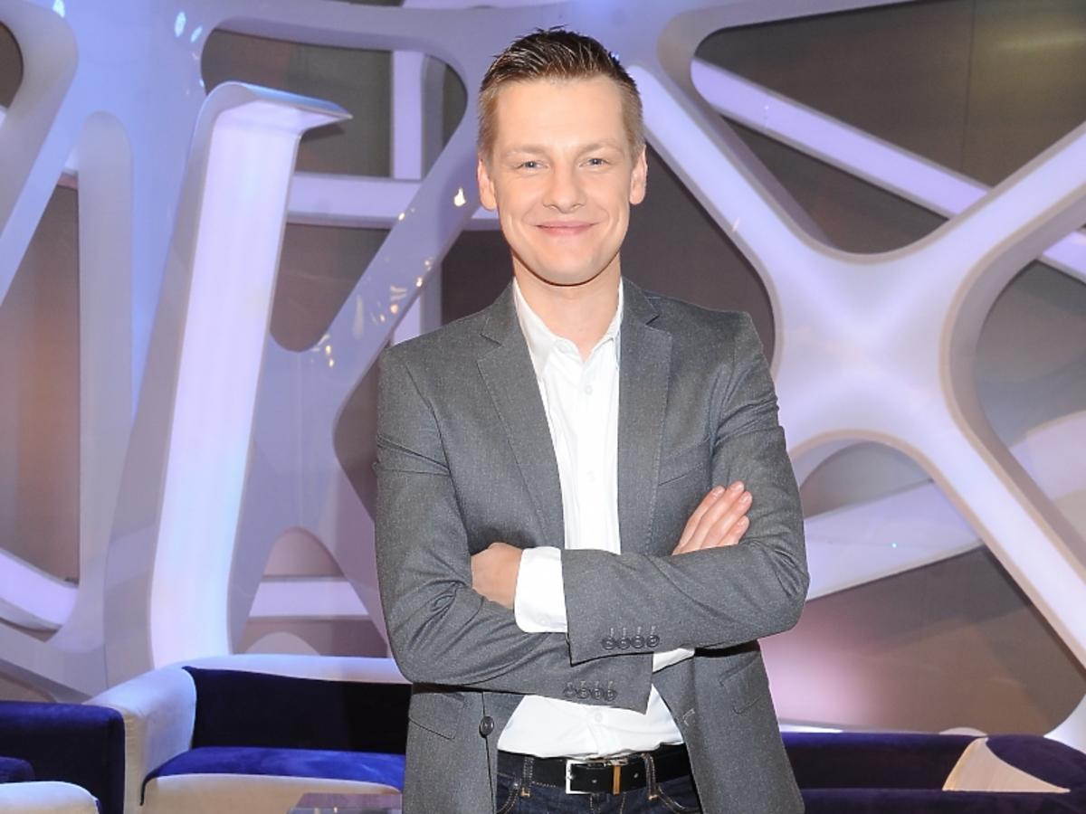 Marcin Mroczek w szarej marynarce