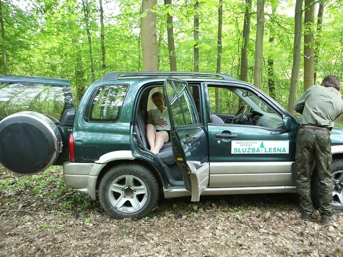 Marcjanna Lelek, w samochodzie Piotr Nerlewski w lesie