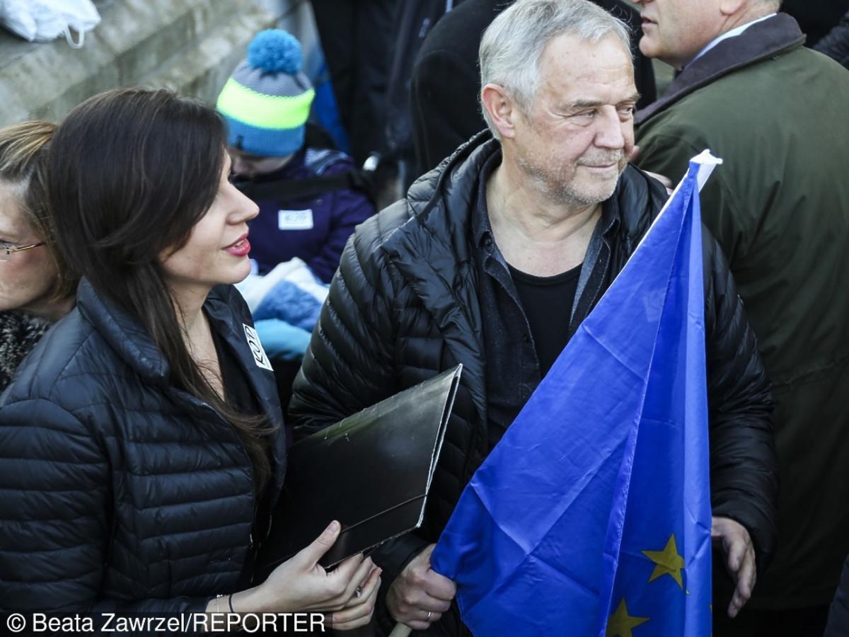 Marek Kondrat i Antonina Turnau z flaga unijną na Manifestacji KOD w Krakowie