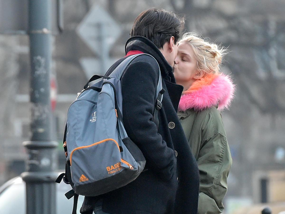 Margaret całuje chłopaka