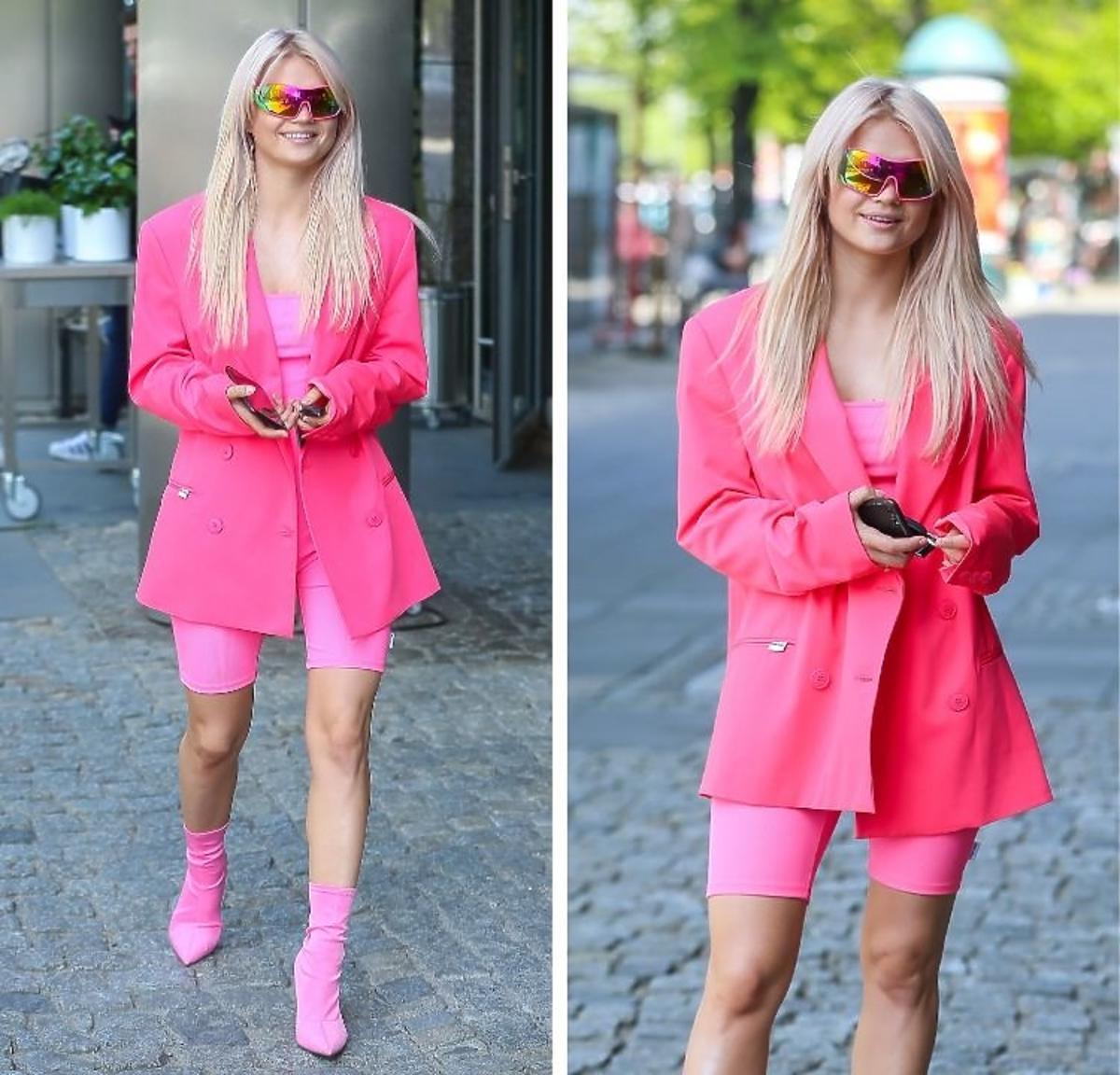 Margaret spaceruje w różowej marynarce i kolarkach