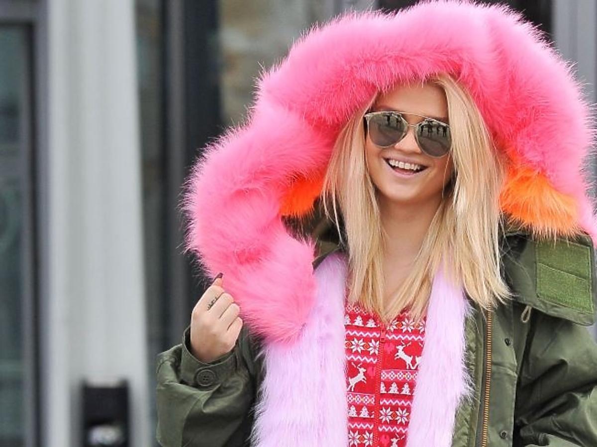 Margaret w kurtce z różowym kapturem