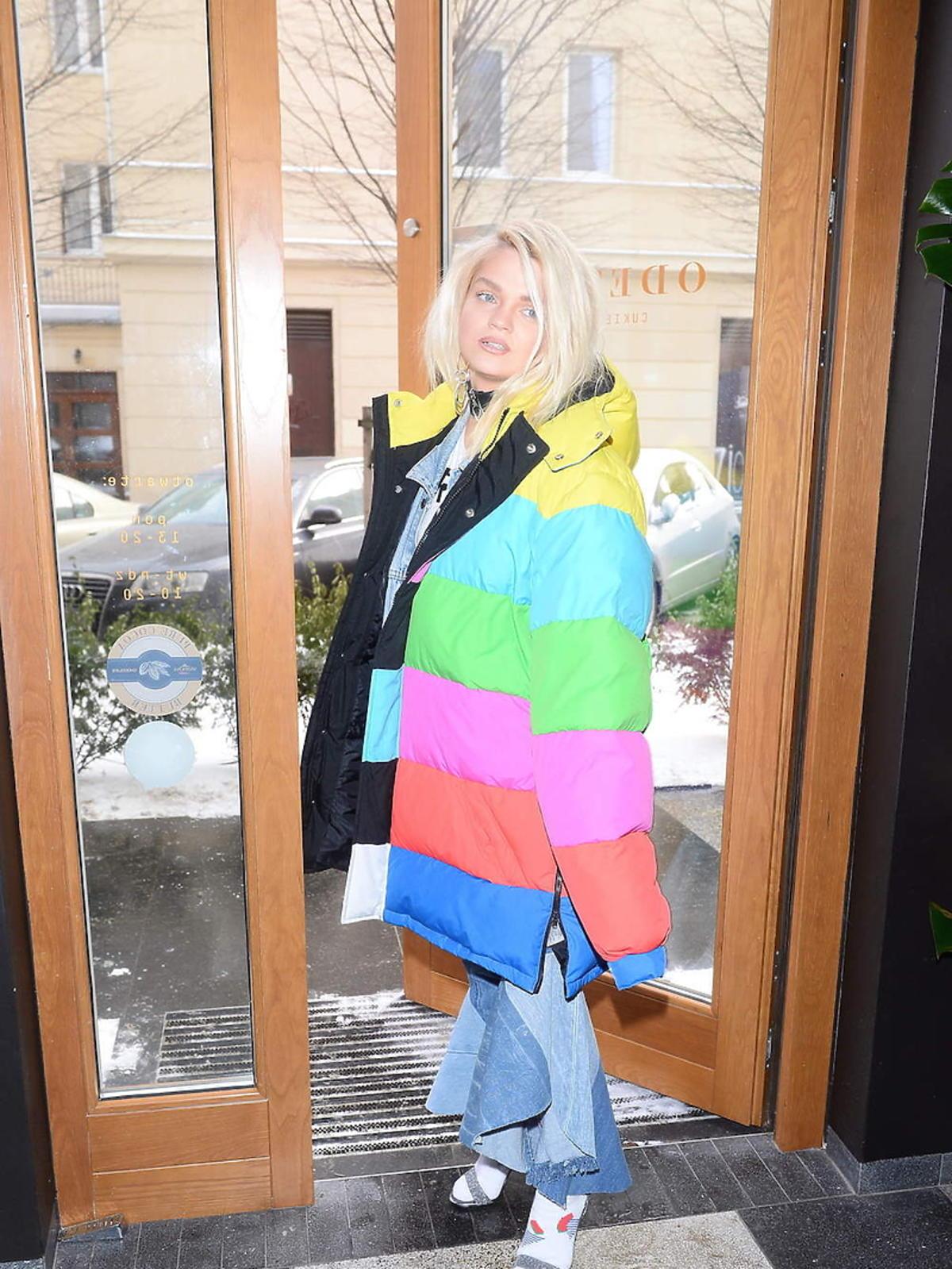 Margaret w puchowej, kolorowej kurtce