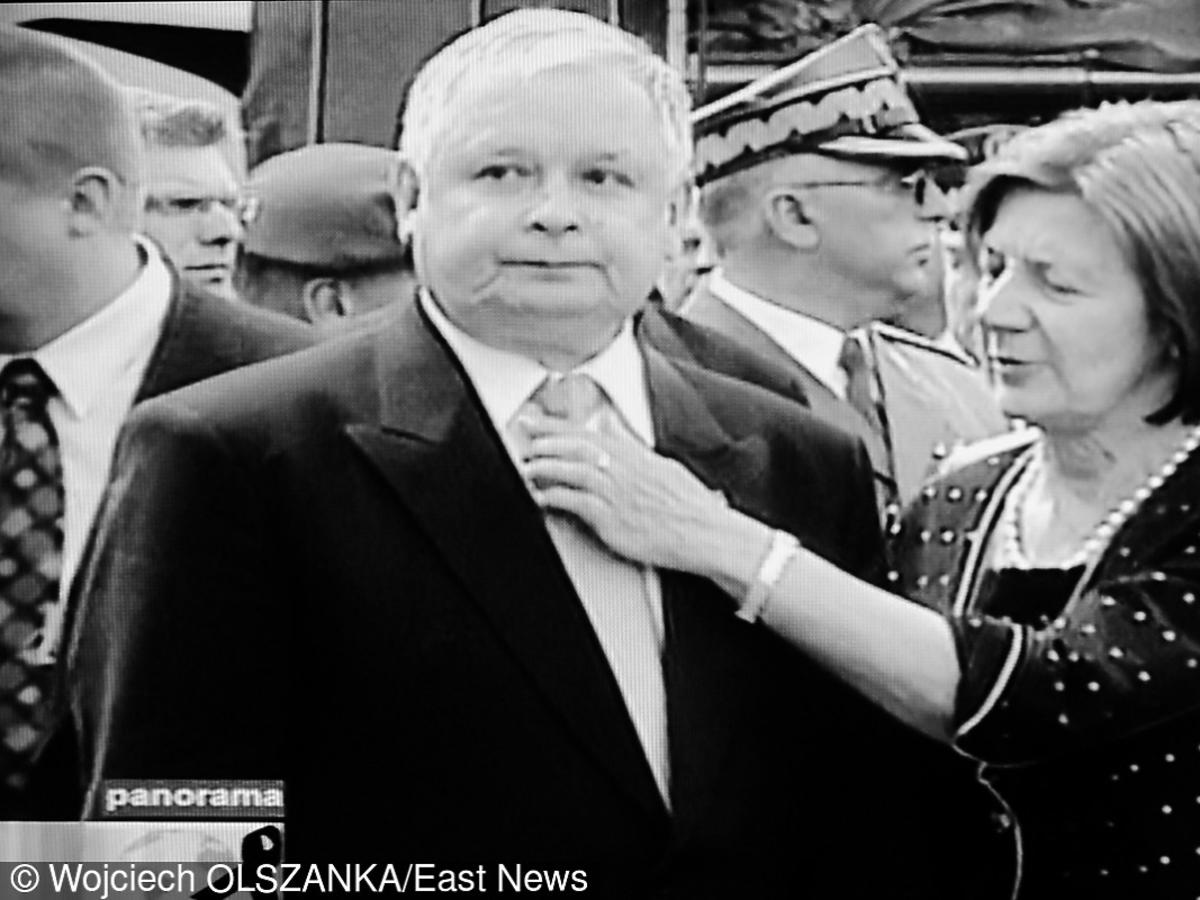 Maria Kaczyńska poprawia krawat Lechowi Kaczyńskiemu