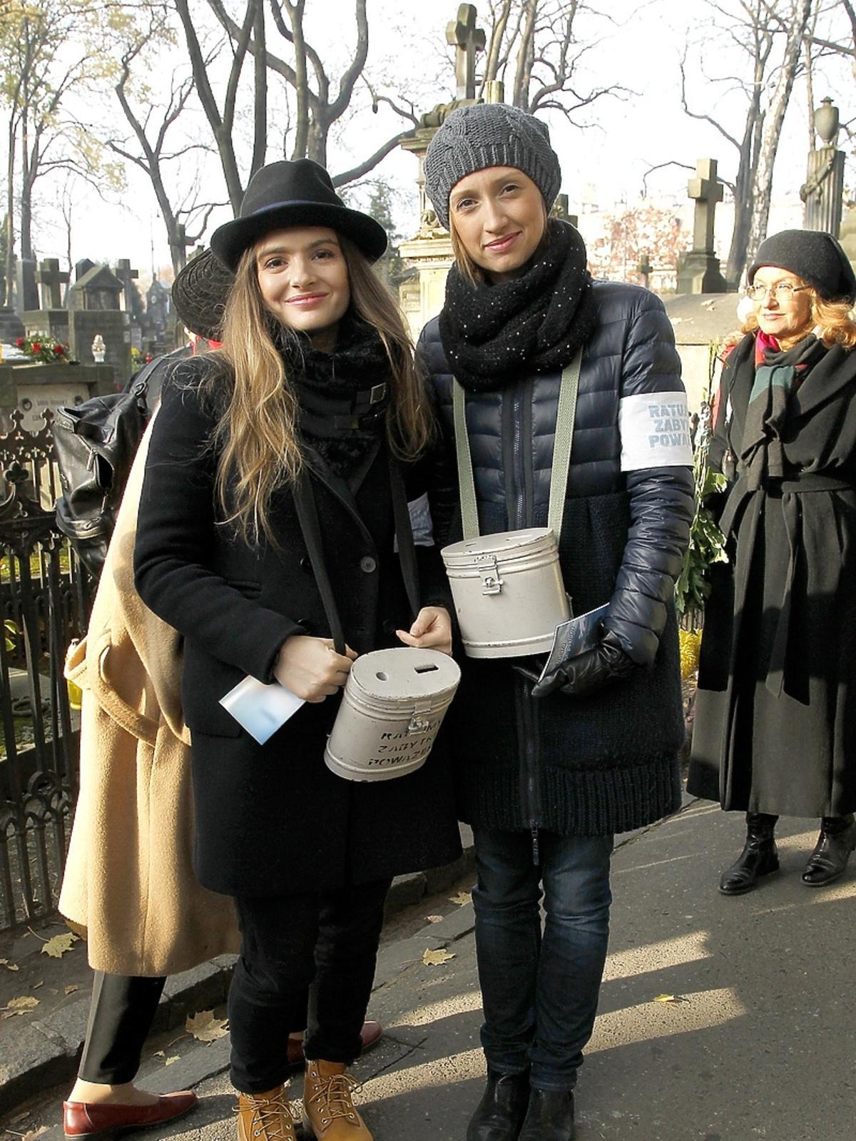Maria Niklińska i Anna Gzyra podczas kwesty artystów na Powązkach