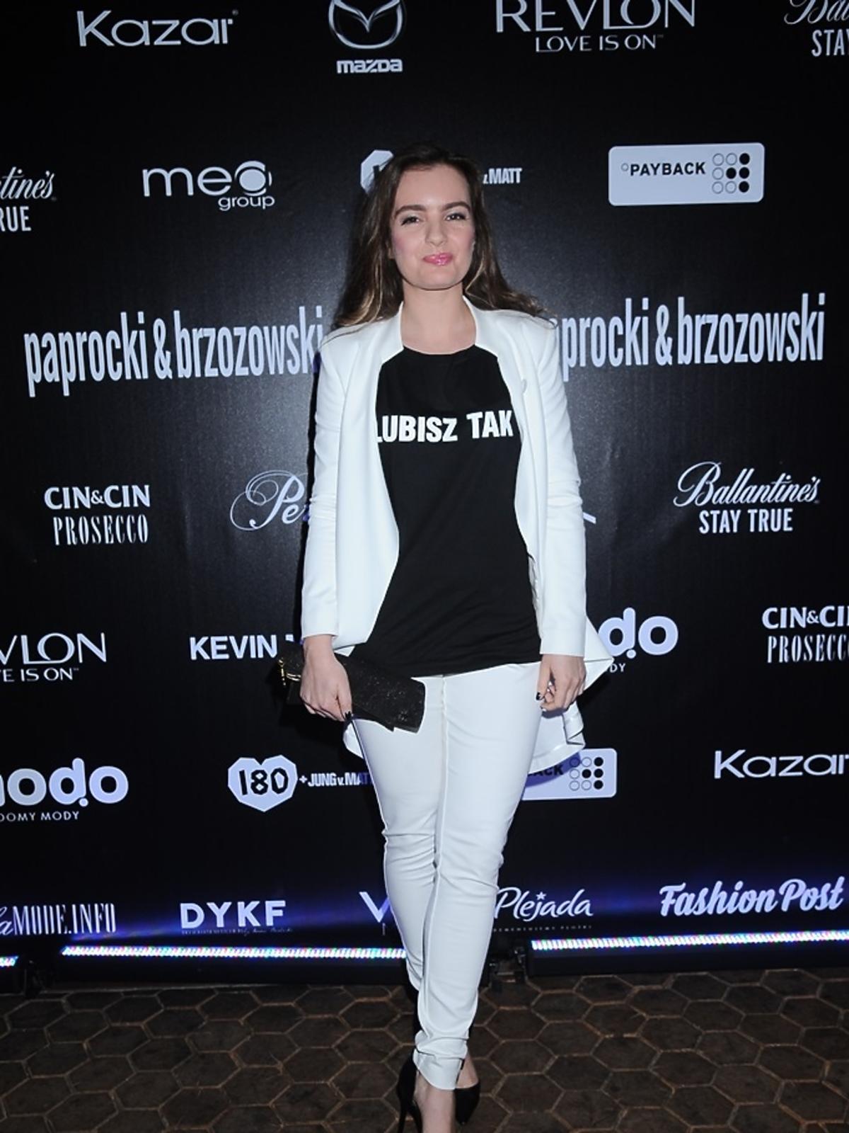 Maria Niklińska w koszulce z nadrukiem