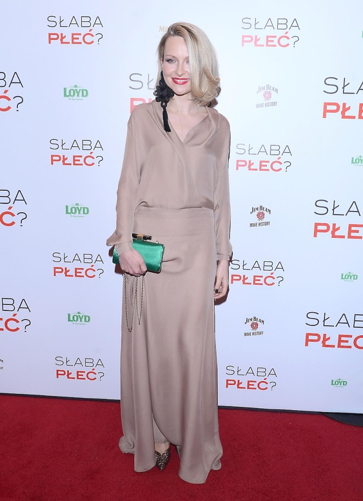 Marieta Żukowska w długiej beżowej sukience z zieloną torebką