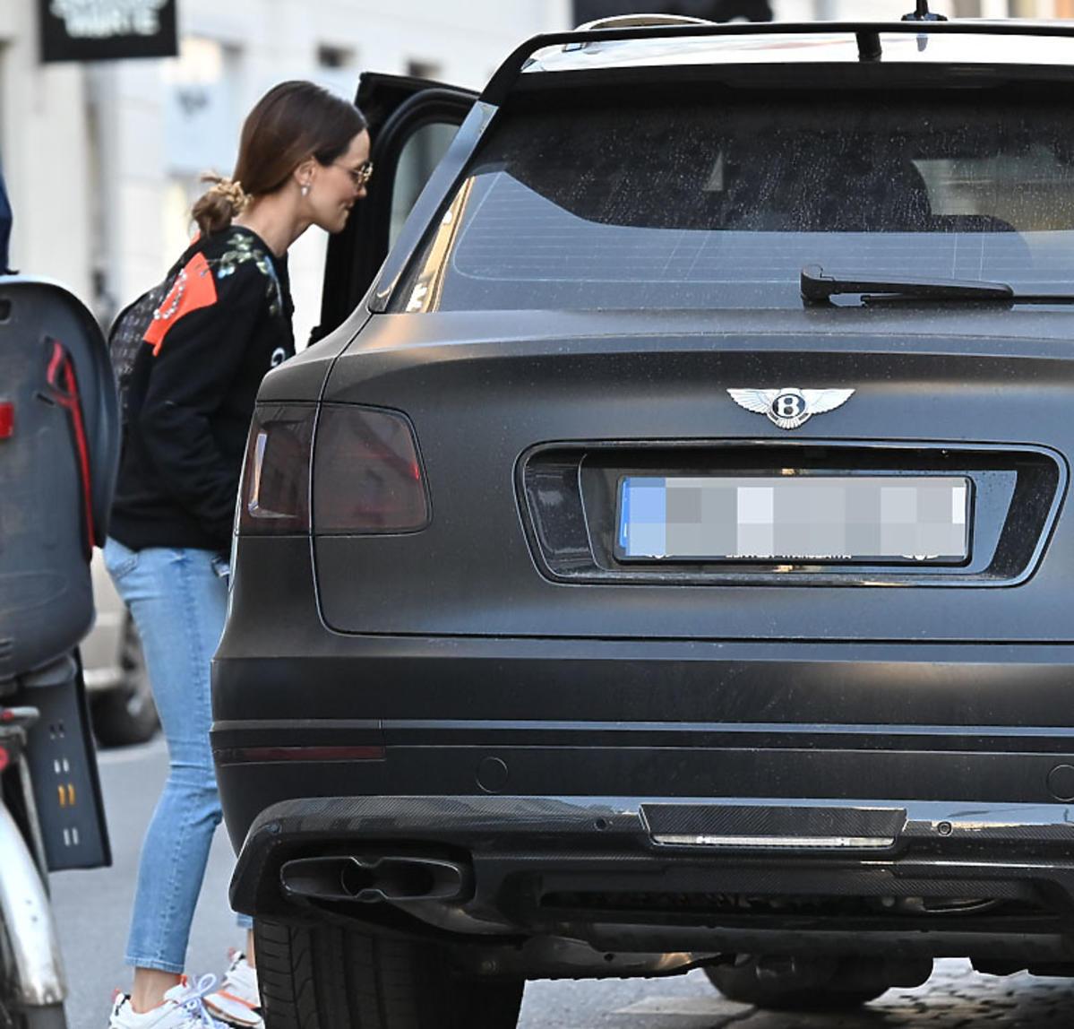 Marina jeździ czarym Bentleyem