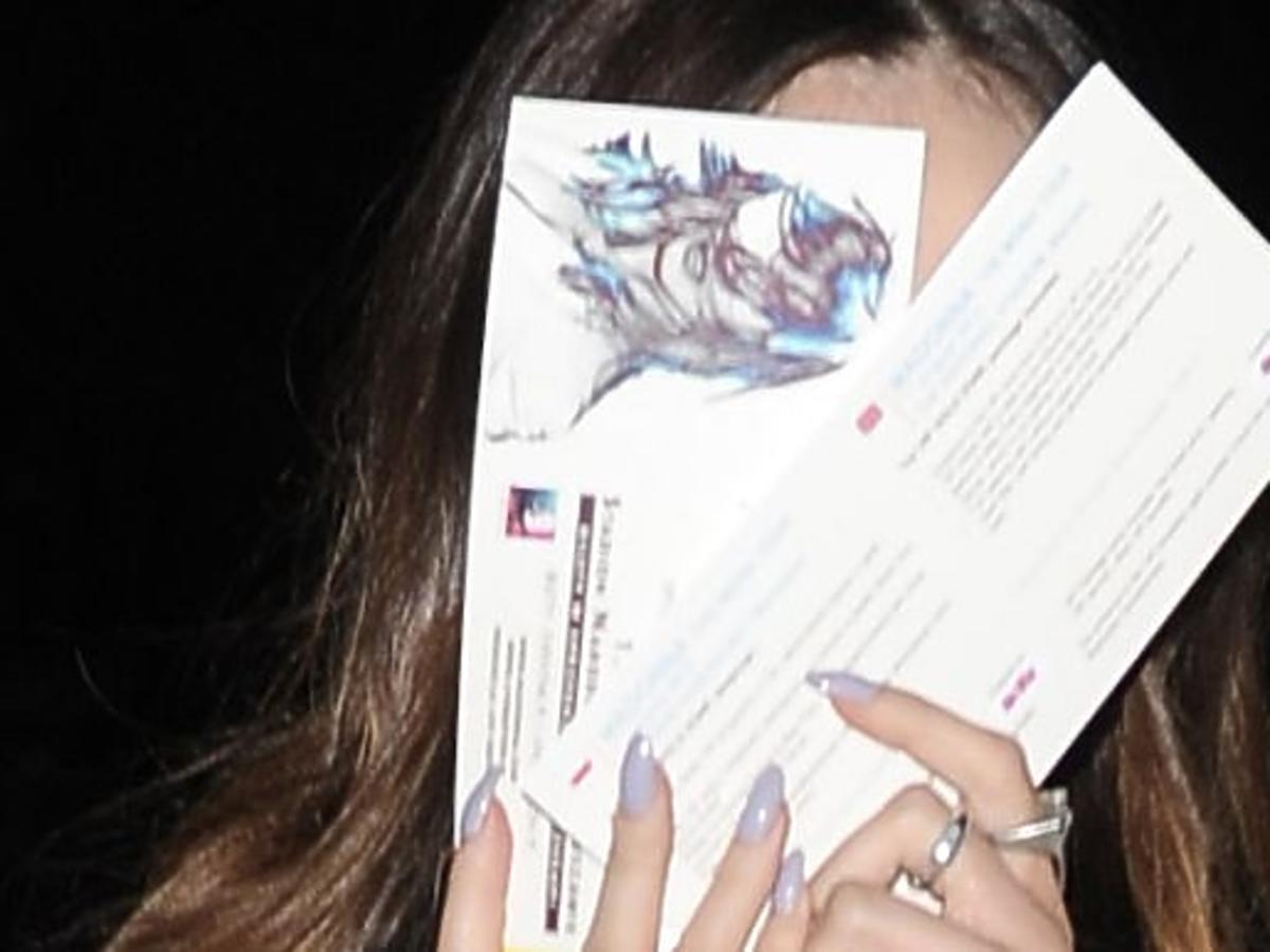 Marina Łuczenko zasłania się biletami