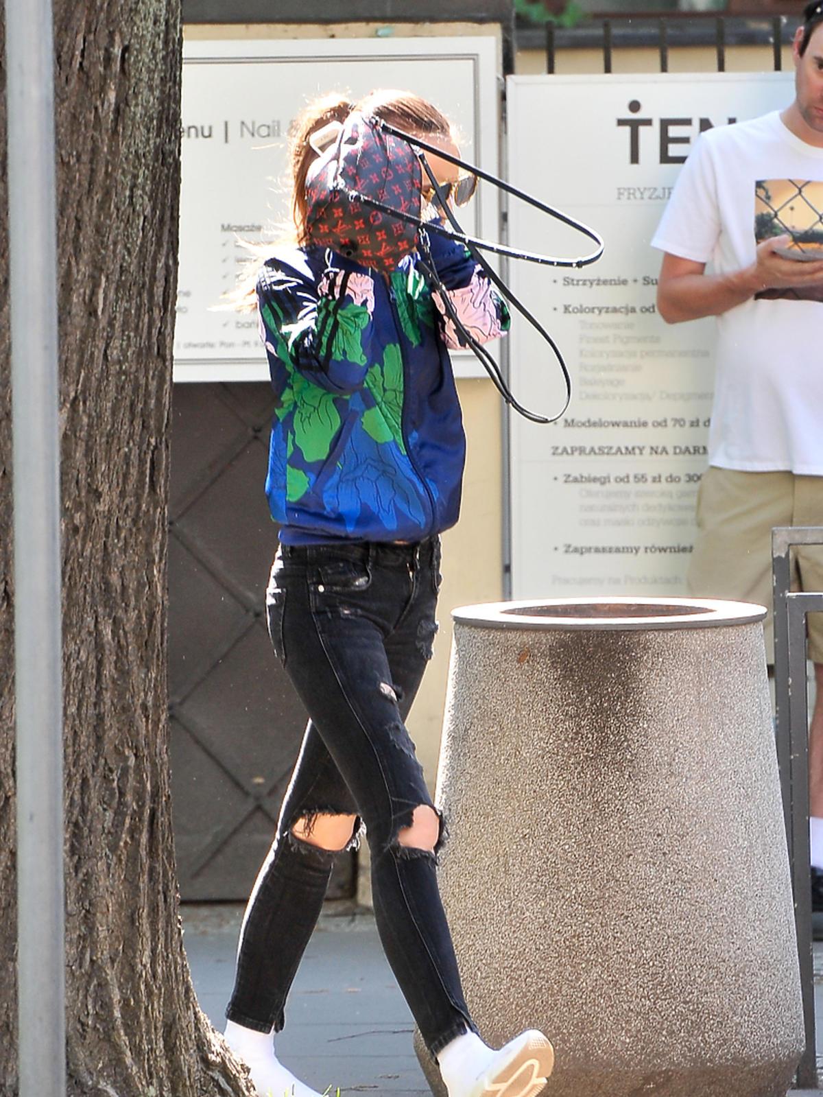 Marina w czarnych spodniach