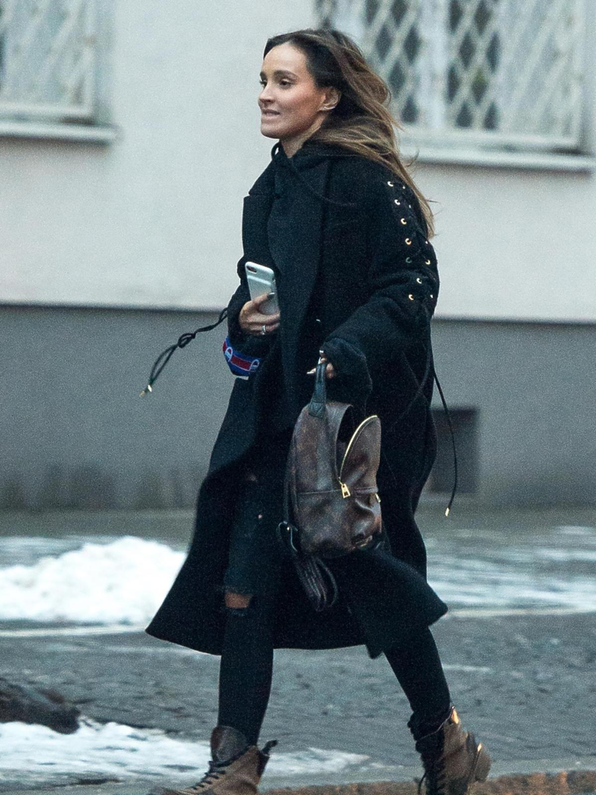 Marina w czarnym płaszczu