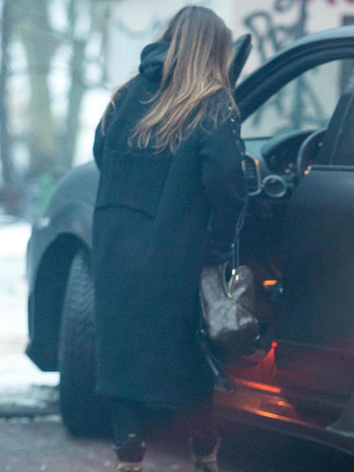 Marina wsiada do samochodu