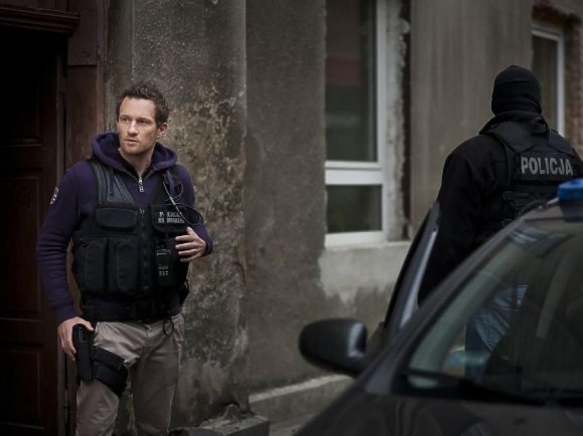 Mariusz Czerkawski jako policjant w charytatywnym kalendarzu Fundacji Pomocy Wdowom i Sierotom