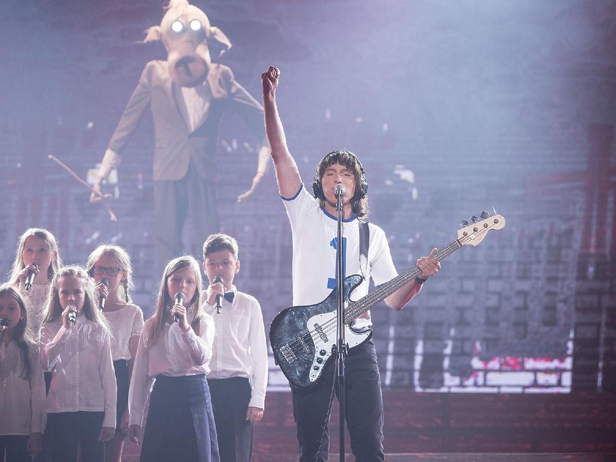 Mariusz Ostrowski jako Pink Floyd w 3. odc. TTBZ