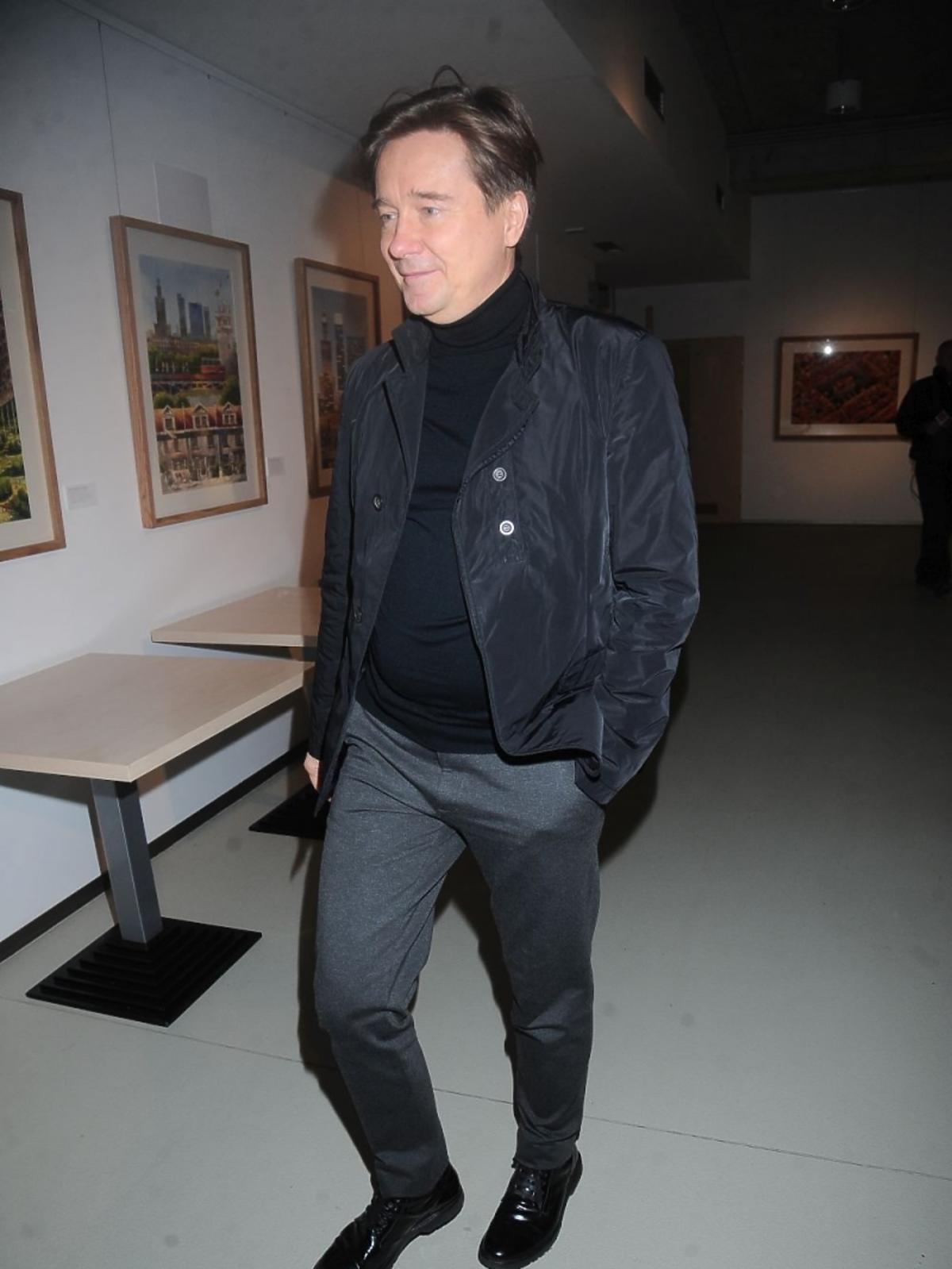 Mariusz Treliński w szarych spodniach