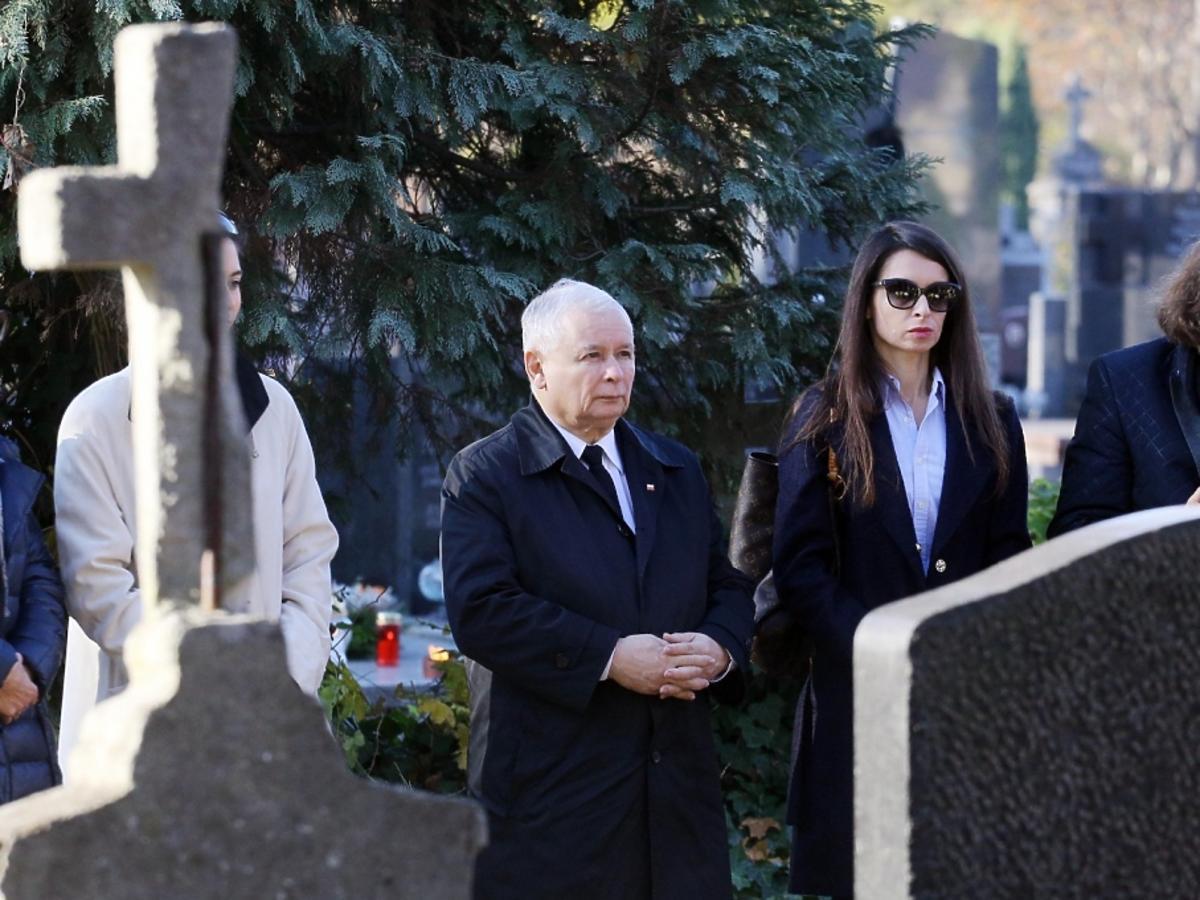 Marta Kaczyńska i Jarosław Kaczyński na cmentarzu, na grobie Jadwigi Kaczyńskiej