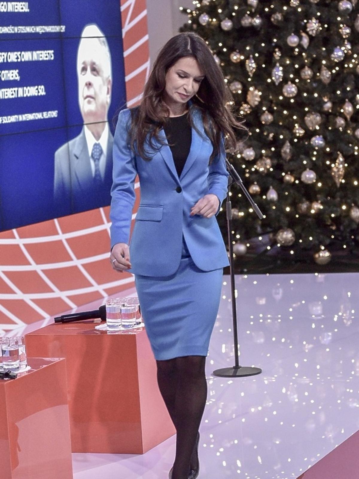 Marta Kaczyńska w niebieskim komplecie