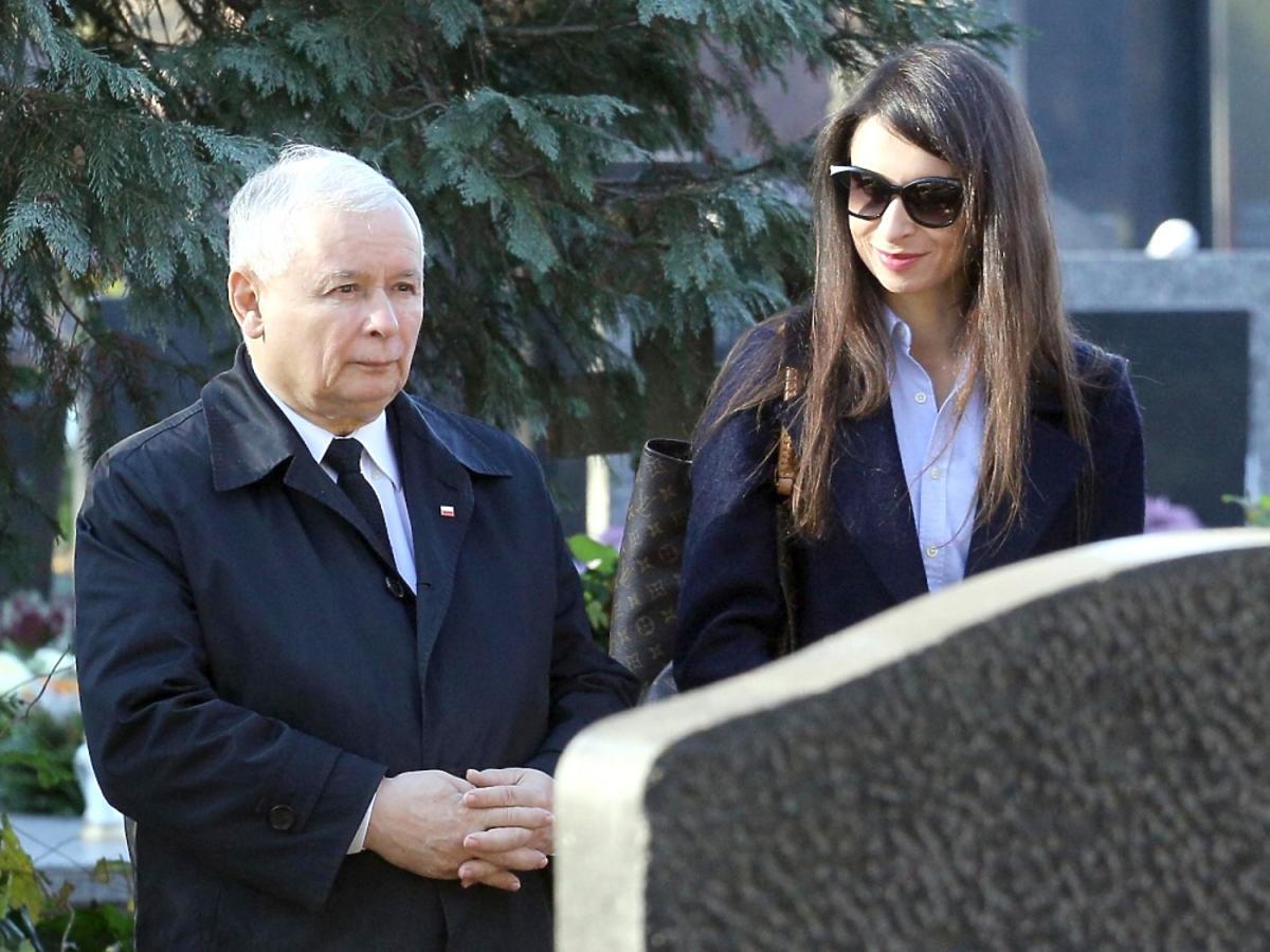 Marta Kaczyńska z Jarosławem Kaczyńskim na grobie Jadwigi Kaczyńskiej
