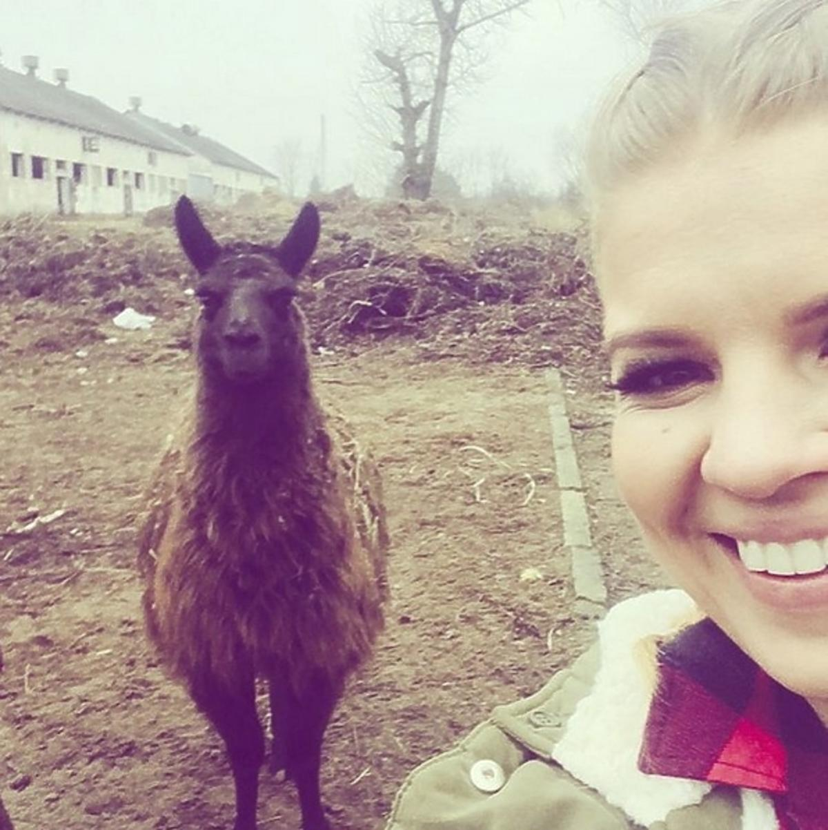 Marta Manowska na planie Rolnik szuka żony 3 z lamą