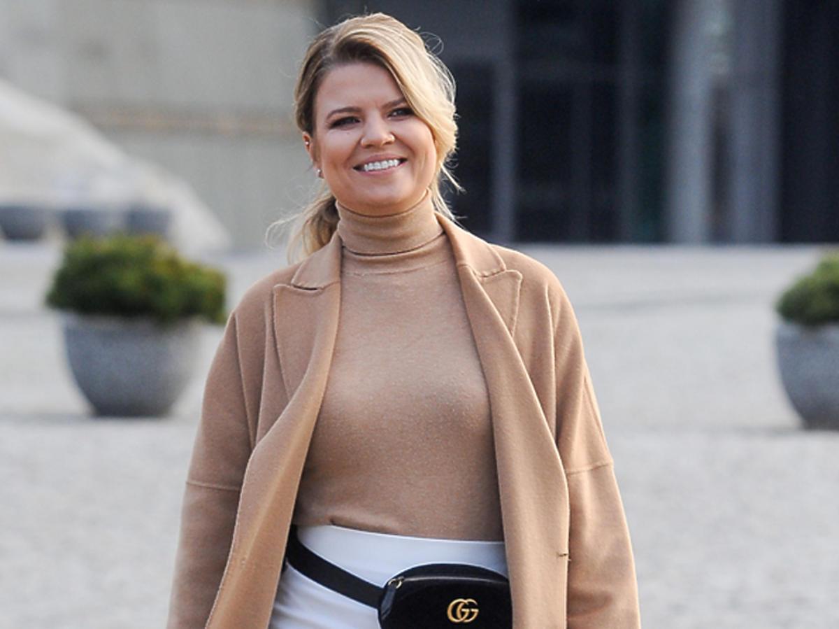 Marta Manowska w beżowym płaszczu