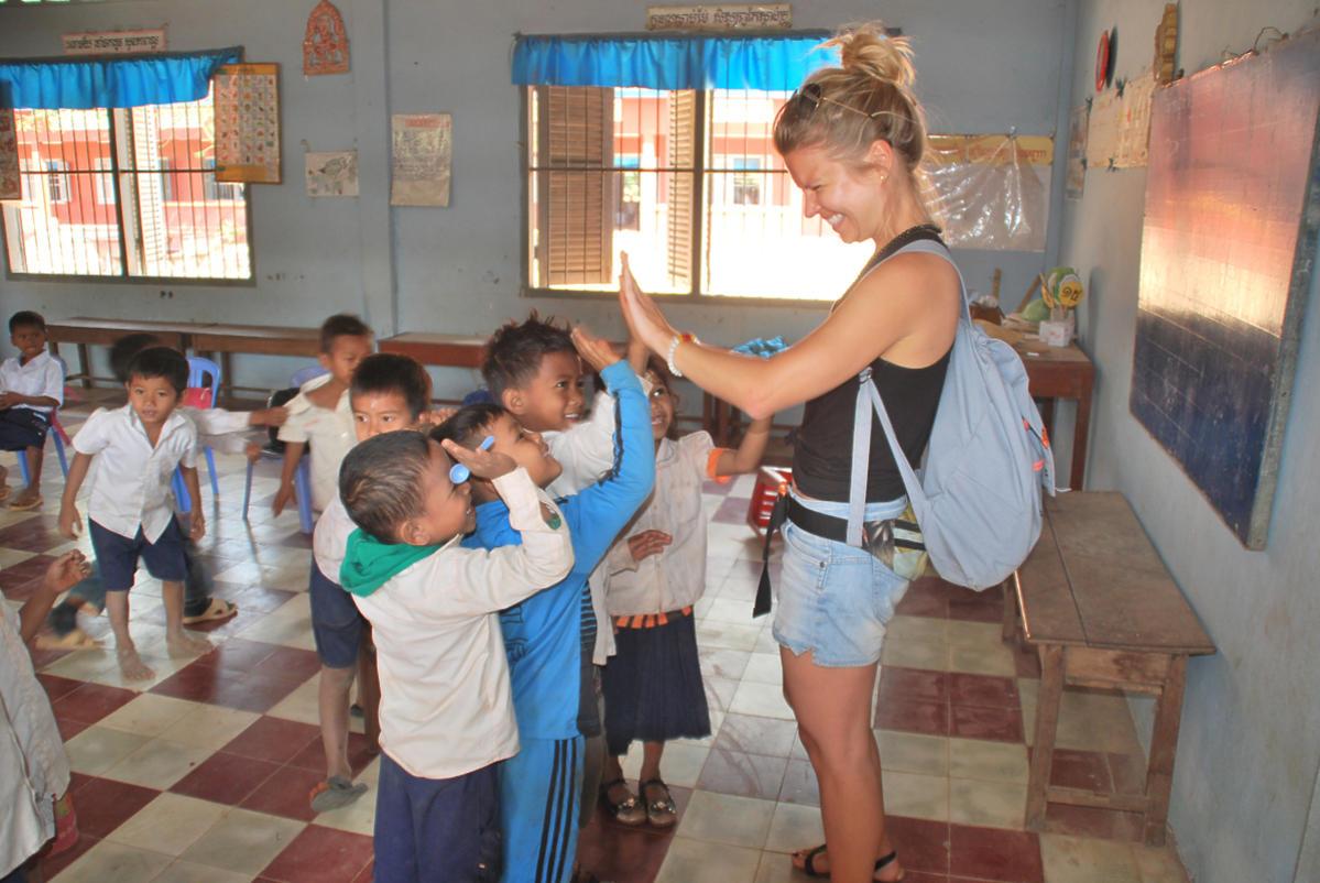 Marta Manowska w kabodzy w szkole z dziećmi