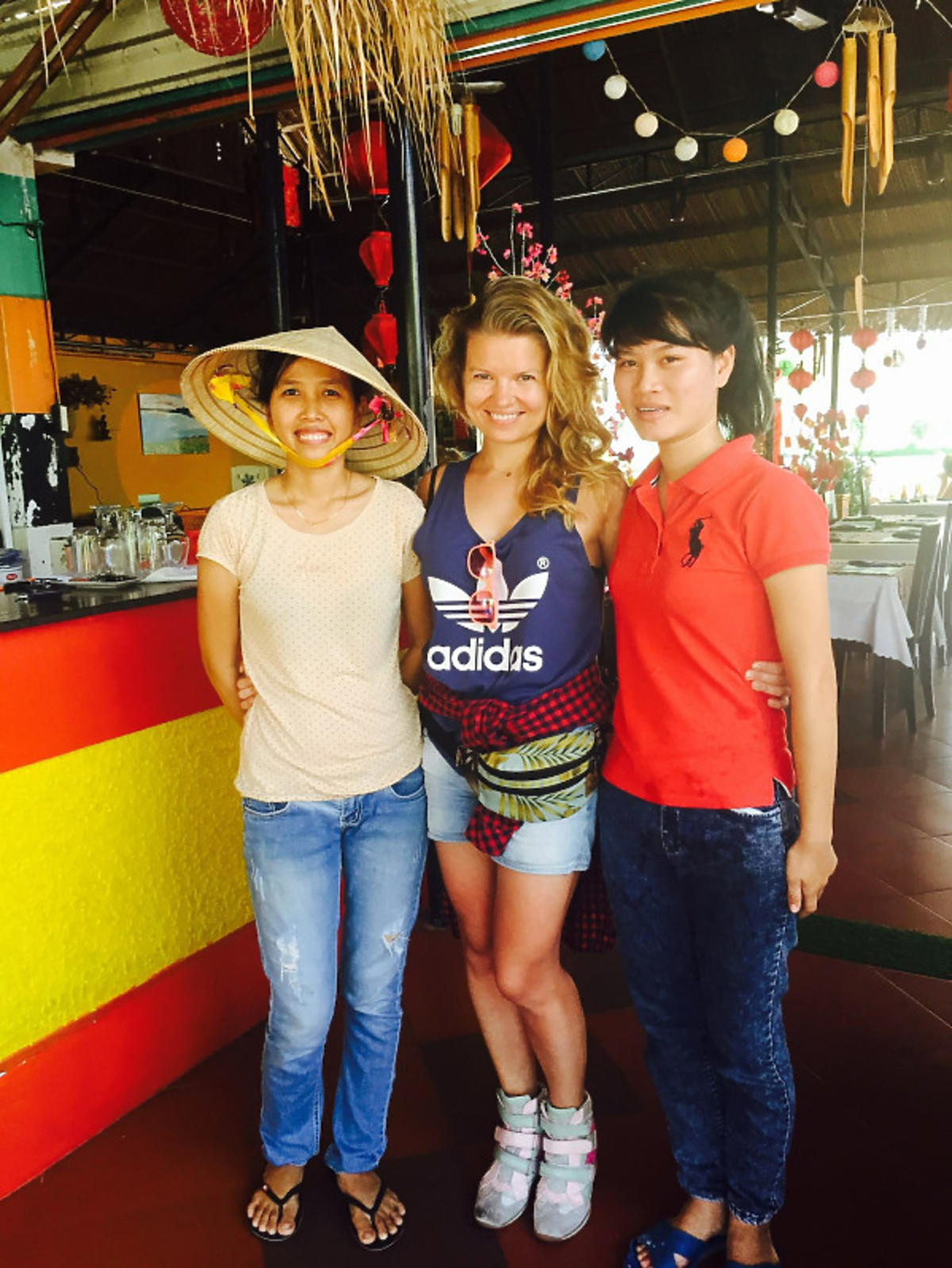 Marta Manowska z dwoma Wietnamkami
