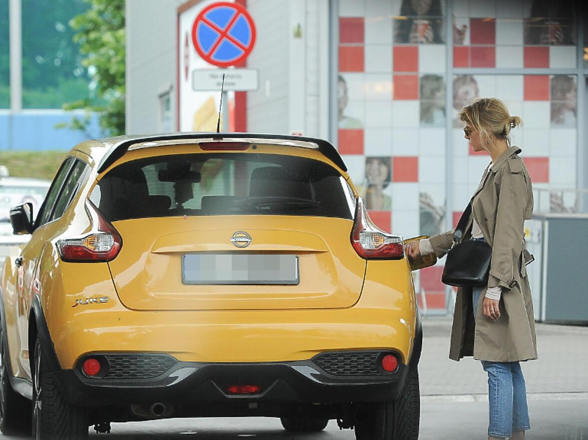 Marta Wierzbicka tankuje samochód