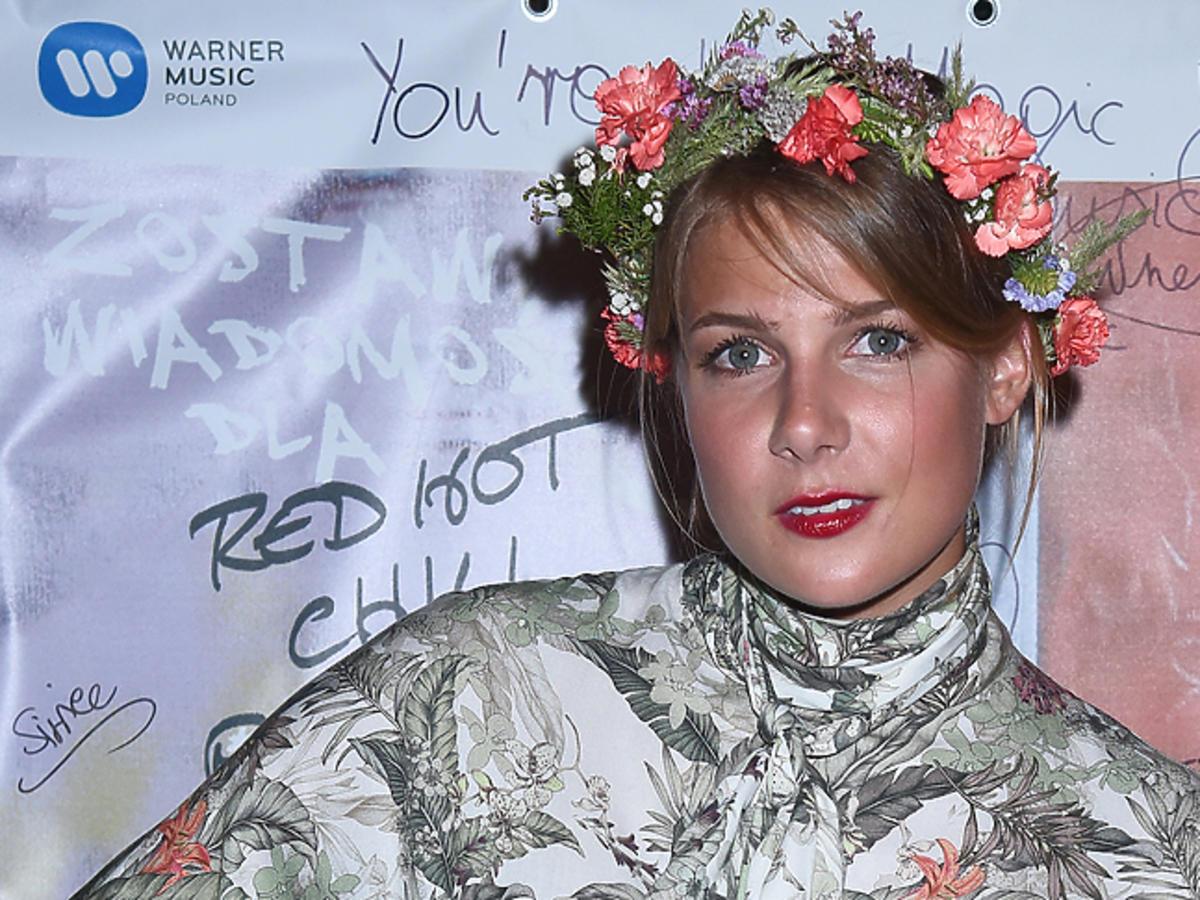 Marta Wierzbicka w kolorowym wianku z kwiatów