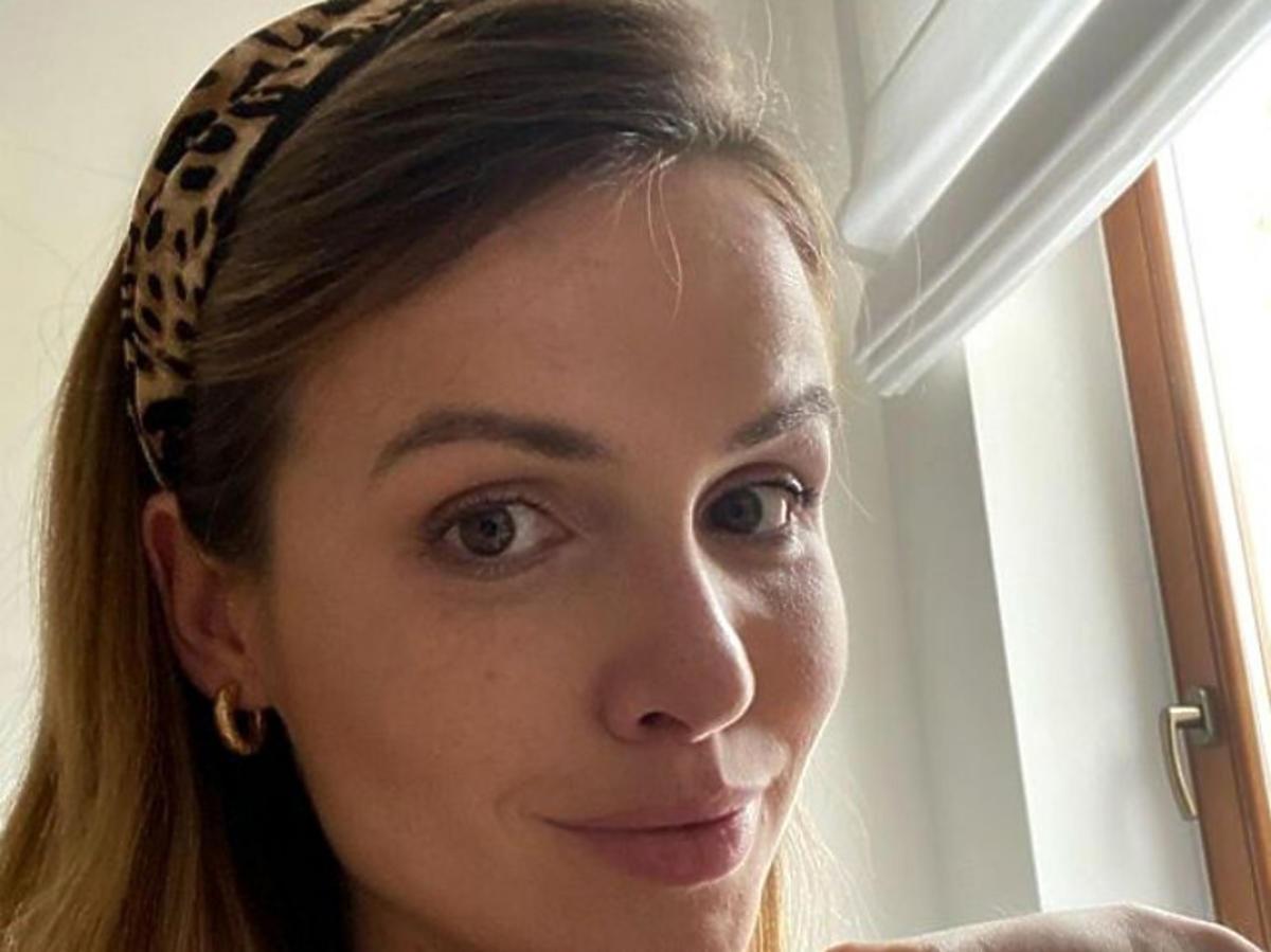 Marta Żmuda-Trzabiatowska z opaską na włosach