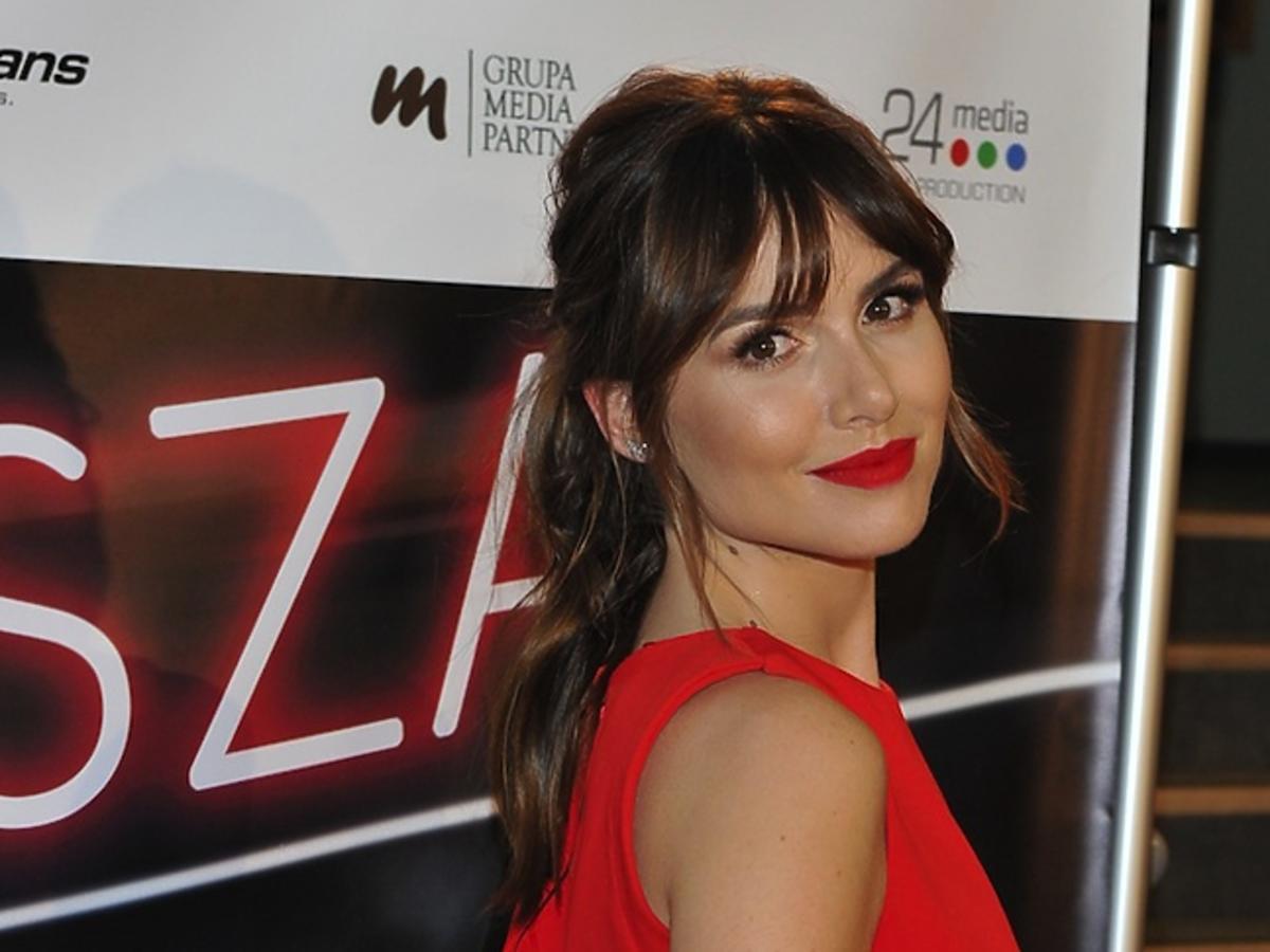 Marta Żmuda-Trzebiatowska w czerwonej bluzce bez rękawa, kucyku i czerwonej szmince