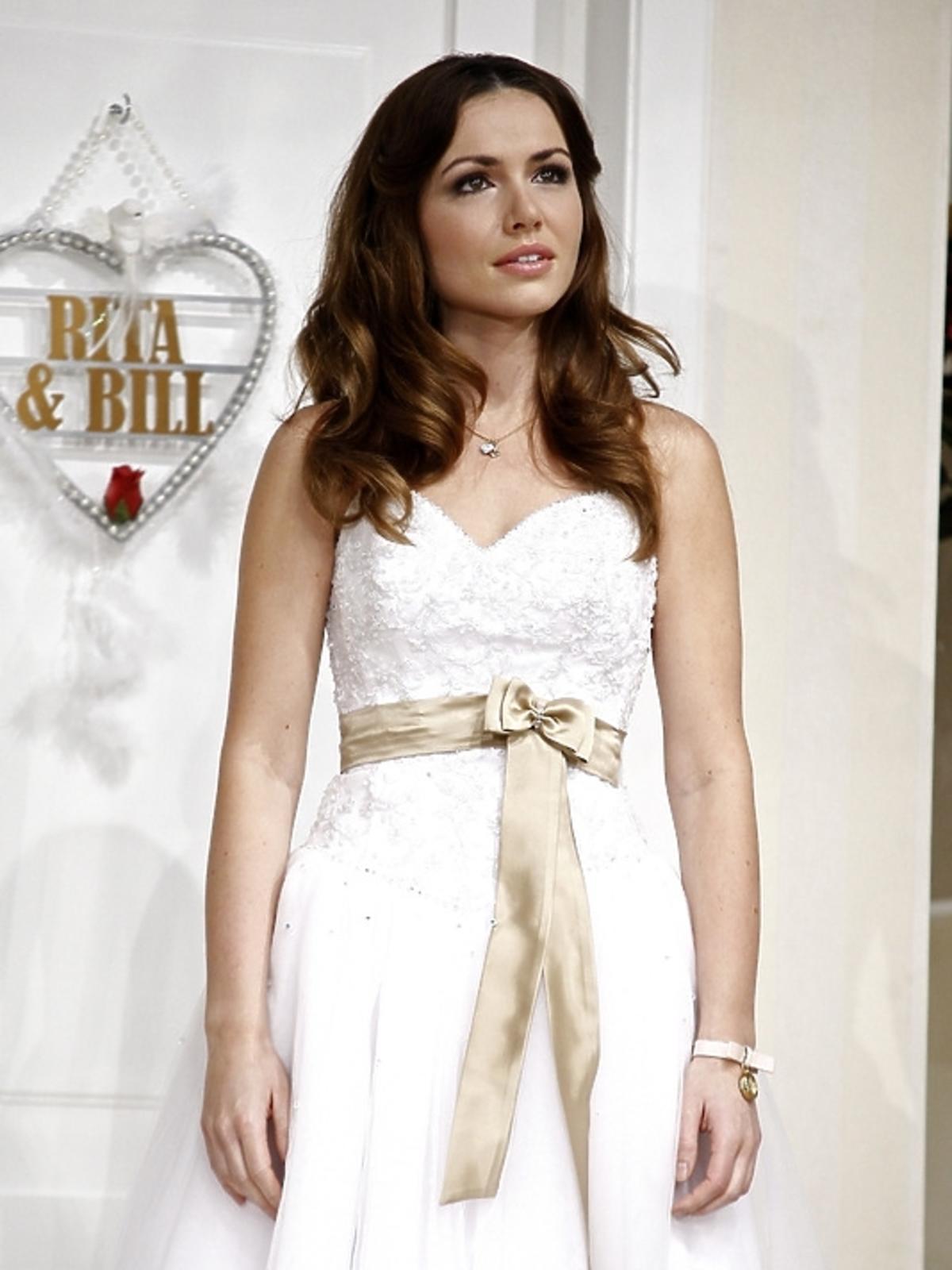Marta Żmuda-Trzebiatowska w sukni ślubnej podczas próby spektaklu