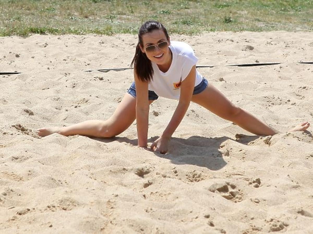 Marta Żmuda Trzebiatowska z narzeczonym, Adamem Królem na plaży w Międzyzdrojach