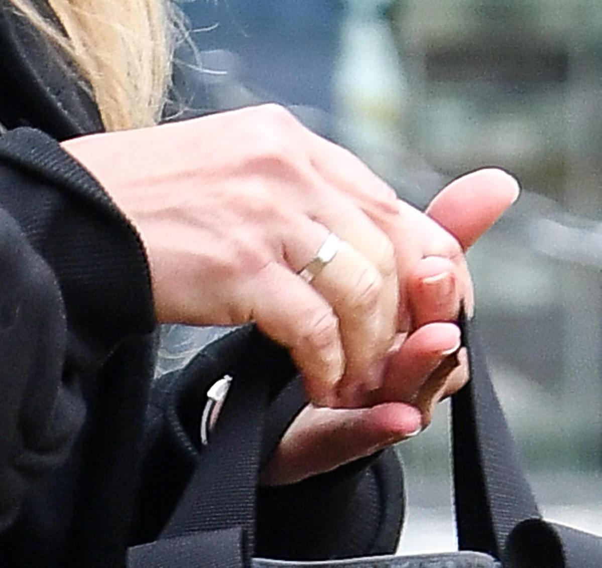Martyna Wojciechowska na zdjęciach dwa dni po ślubie, na palcu obączka