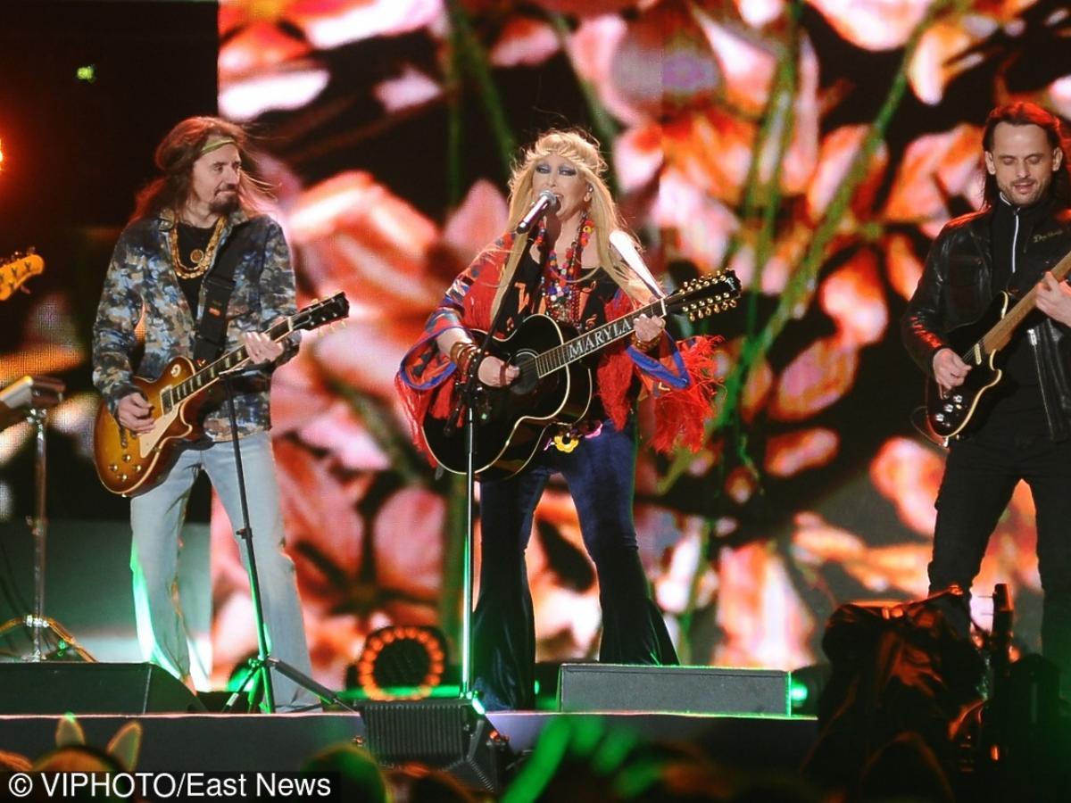 Maryla Rodowicz gra na gitarze