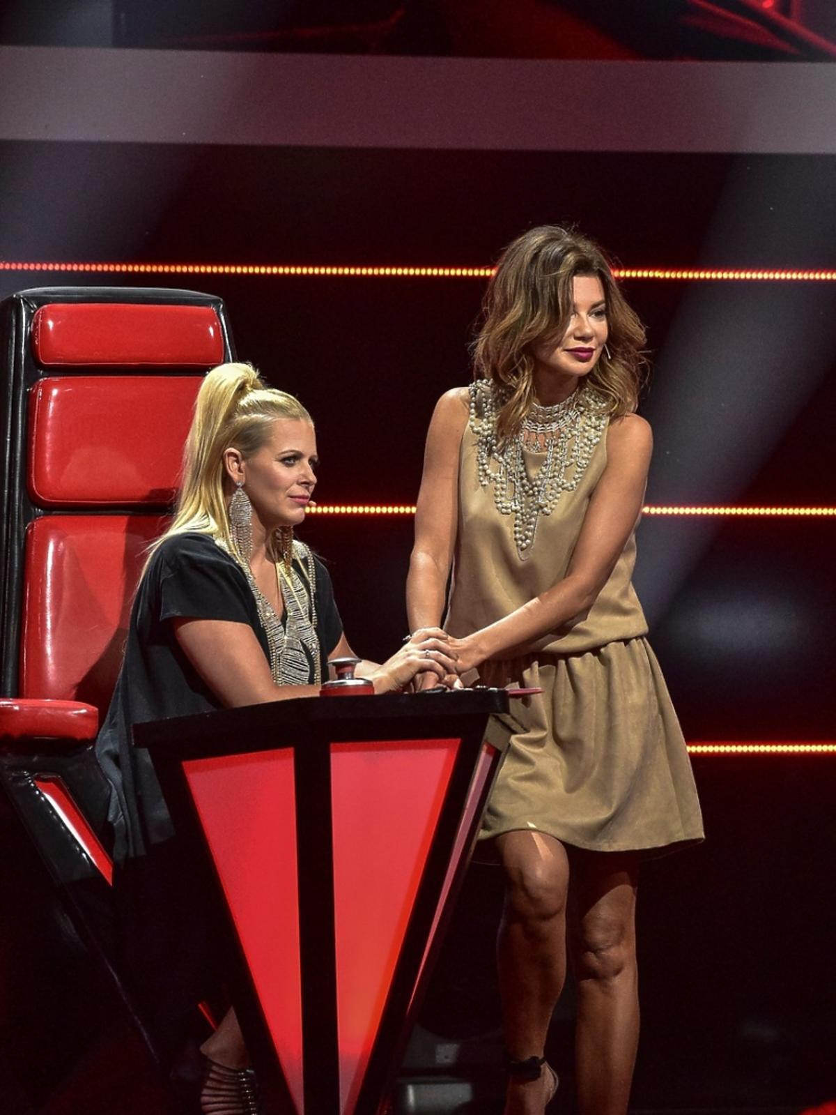 Marysia Sadowska w czarnej sukience i Edyta Górniak w beżowej sukiencew finale 6. edycji The Voice of Poland