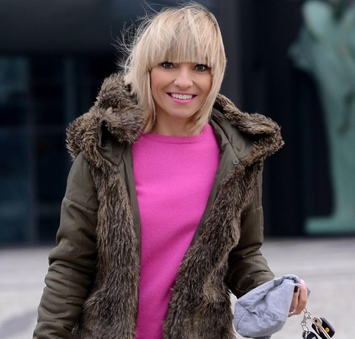 Marzena Sienkiewicz w różowym swetrze