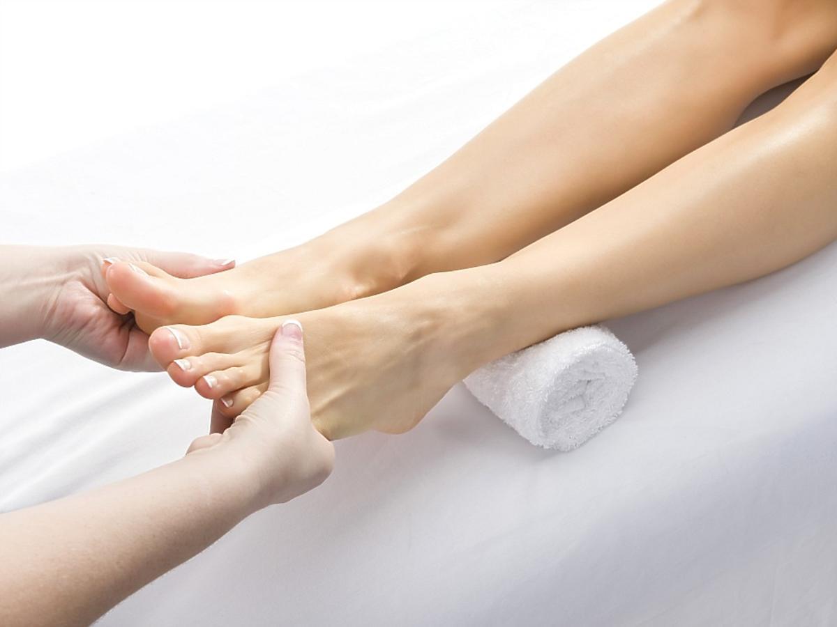 masaż bolących stóp
