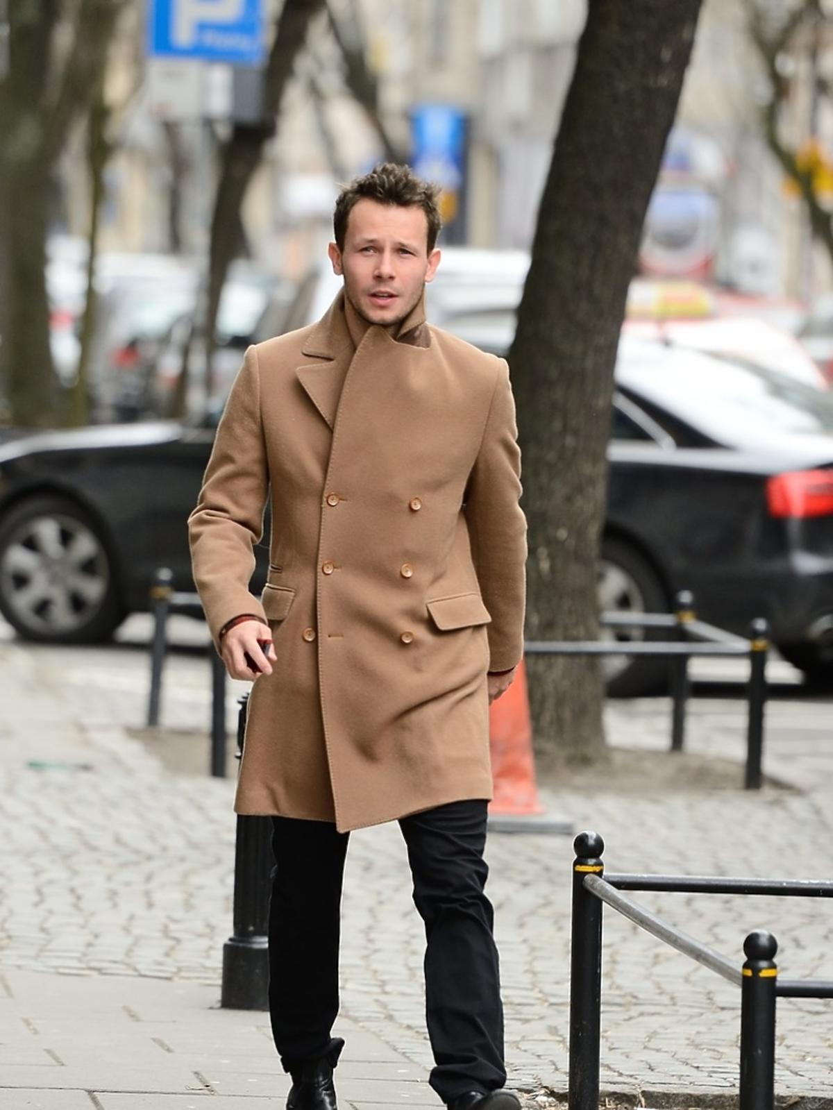 Mateusz Banasiak w beżowym płaszczu