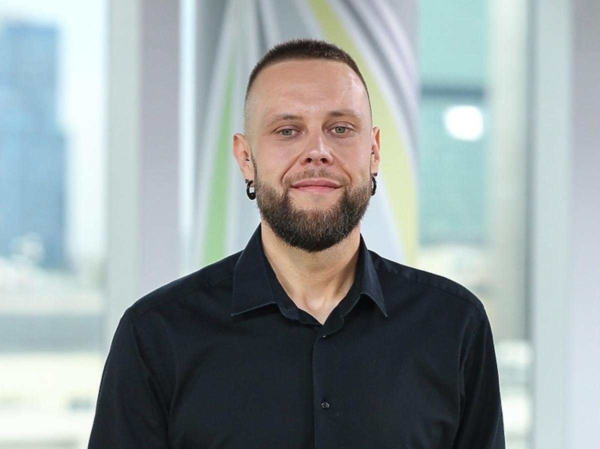 Mateusz Borkowski w czarnej koszuli