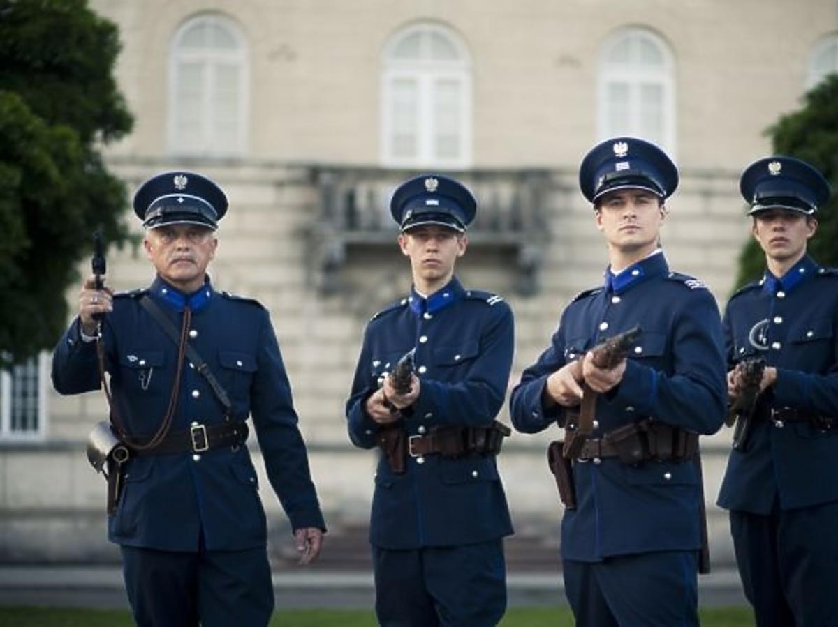 Mateusz Damięcki jako policjant w charytatywnym kalendarzu Fundacji Pomocy Wdowom i Sierotom