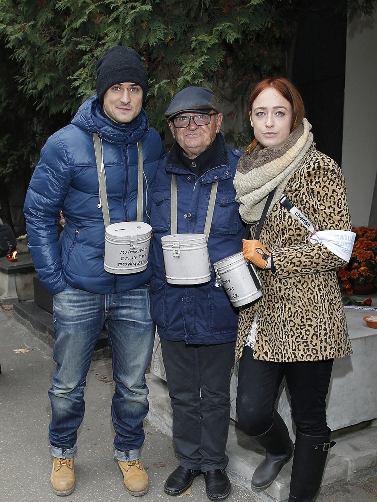 Mateusz, Matylda oraz Maciej Damięccy podczas kwesty artystów na Powązkach