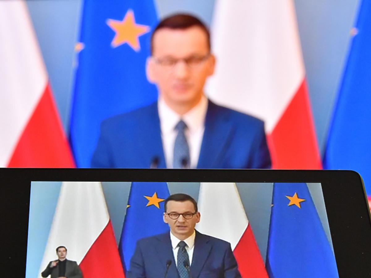 Mateusz Morawiecki, zdalna konferencja, zdjęcie w tablecie