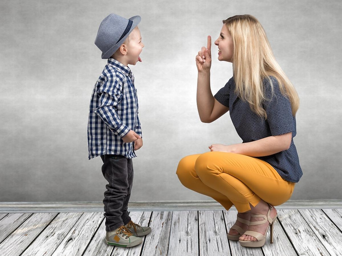 Matka tłumaczy dziecku jak ma się zachowywać, ale chłopiec jej nie słucha.