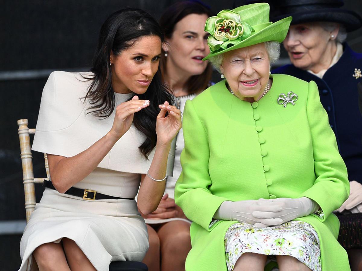 Meghan Markle i królowa Elżbieta II w Cheshire  podczas oficjalnej wizyty